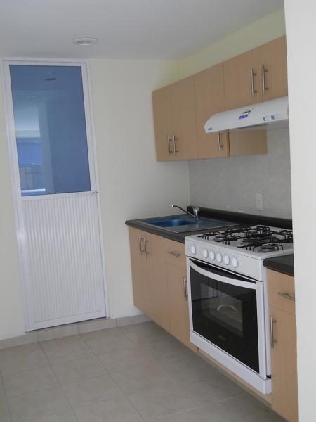 Foto cocina integral y puerta de acceso a patio de for Puertas cocina integral