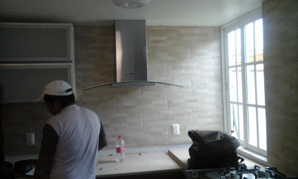 Foto colocaci n de muebles y accesorios en cocina for Como instalar una cocina integral