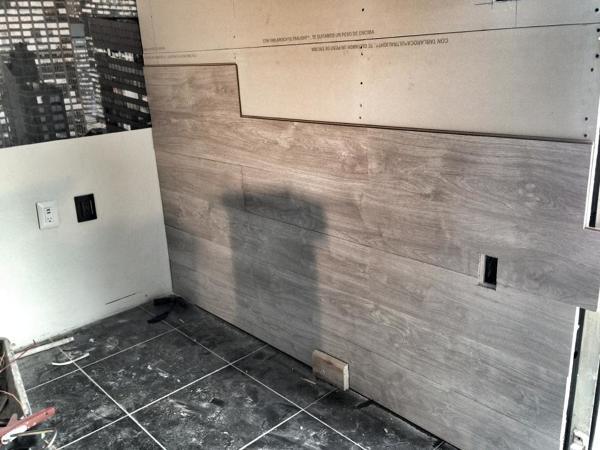 Foto colocaci n de piso laminado en muro de admas for Decoracion piso laminado gris