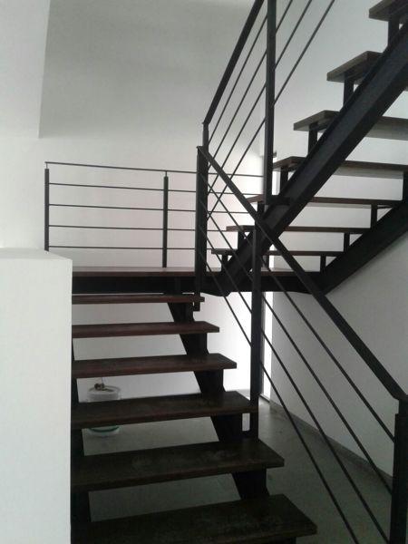 Foto escalera de herrer a y huellas de madera maciza de for Fotos de escaleras de herreria