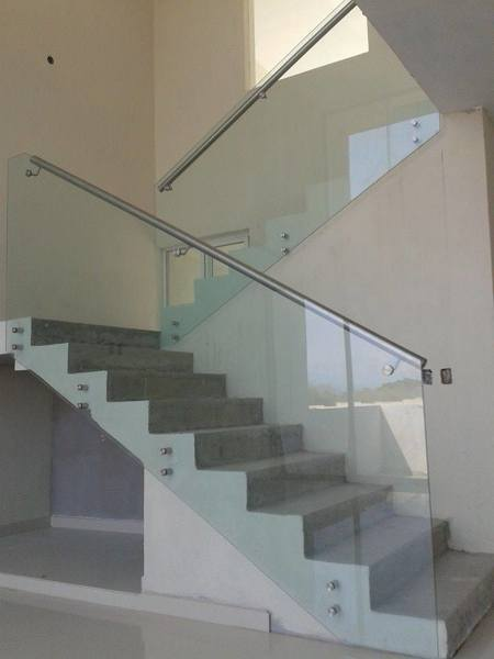 Foto escaleras de cristal templado y barandal de acero inoxidable de arquival solutions 322229 Escaleras de cristal y madera