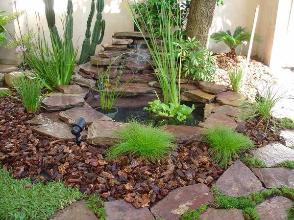 Foto fuente piedra volcanica de jardineria garces for Pileta con peces