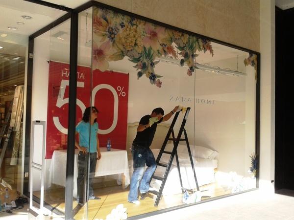 Foto instalando en el escaparate de zara home de for Escaleras zara home
