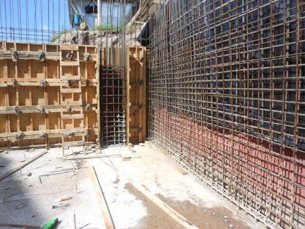Foto muros de concreto armado en zotanos de trabajos de for Construccion de escaleras de concreto armado