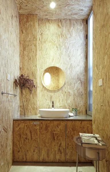 Baño con revestimiento de tableros OSB