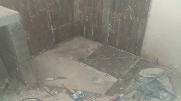 Foto piso en ba o area regadera de trabajando para tu casa 187687 habitissimo - Piso vinilico para bano ...