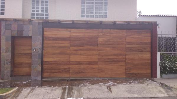 Foto port n el ctrico y fachada de jcv construcciones for Puertas de ingreso de madera