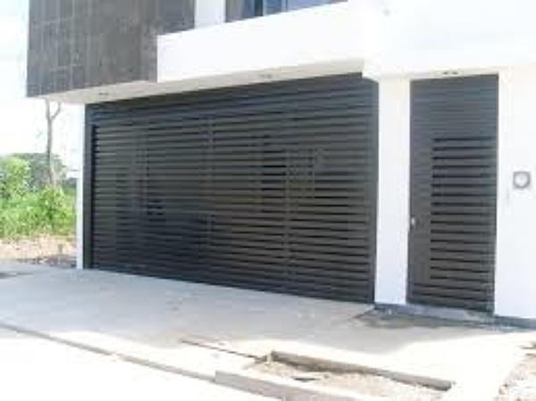 Foto porton minimalista tipo reglas de construcciones for Casa minimalista de 6 metros