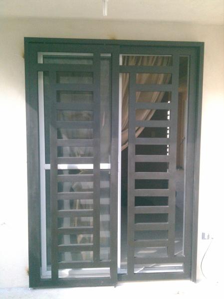 Foto puerta corrediza comedor jardin de next door puertas for Puertas corredizas metalicas