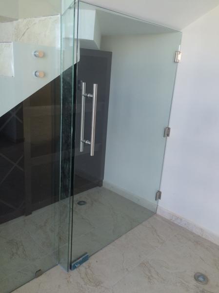 Foto puerta cristal templado 9mm de adeqa cristal for Puertas de cristal templado