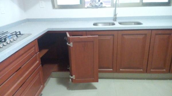 Foto puerta esquinera en cocina de cocinas del sureste - Puerta abatible cocina ...