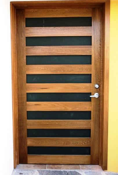 Foto puerta madera solida de rosa morada de contes s a for Puertas de ingreso de madera