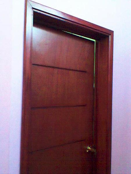 Foto puerta minimalista color caoba de unik muebles for Puertas de madera interiores minimalistas