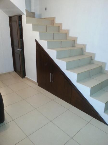 Foto puertas bajo la escalera de closets y vestidores - Puertas de escalera ...