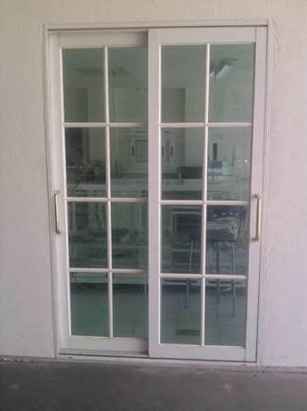 Foto puertas corredizas blancas reticuladas de tecnolog a for Puertas corredizas de metal