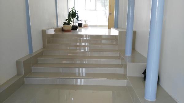 Foto remodelaci n de escalera con loseta de porcelanite for Costo remodelacion bano