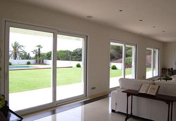 Foto sala con hermosa vista al jard n y alberca de cassa for Cocinas con vista al jardin