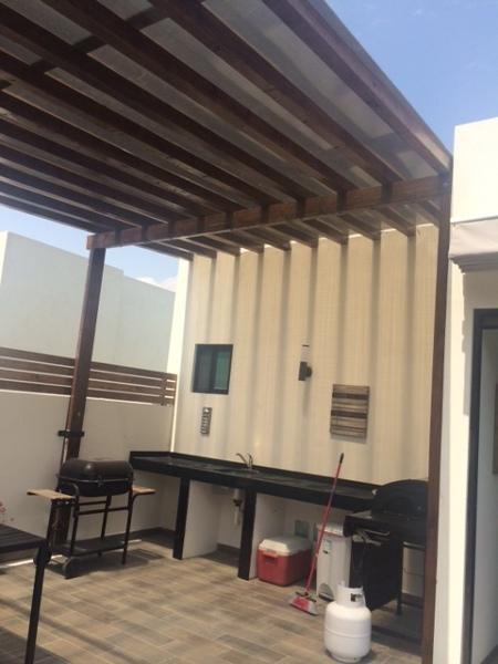 Foto techo vigas de madera y policarbonato de living 3d - Vigas madera techo ...