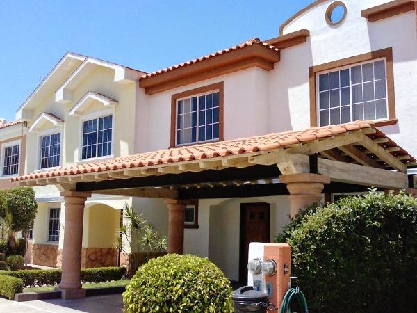 Foto tejado para cochera con esturctura de madera a dos for Cocheras de madera precios