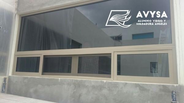 Foto ventana en aluminio champagne con vidrio doble de for Ventanas de aluminio doble vidrio argentina