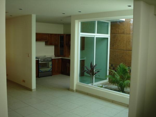 Foto vista desde sala comedor hacia el rea de cocina y for Cocinas con vista al jardin