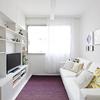 Sala con sillón blanco y cortina