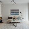 Sala estilo nórdico con chimenea y tapete