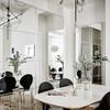 Comedor con espejos e iluminación