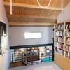Espacio de lectura en nivel superior con tapete de colores