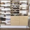 Clóset abierto organizado con estanterías
