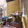 Balcón con plantas y sombrilla