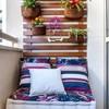 Balcón pequeño con maceteros en vertical