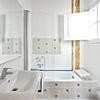 Baño revestido con azulejos hidráulicos