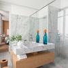Baño con piso y paredes de mármol