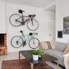 Sala con chimenea y bicicletas colgadas en la pared
