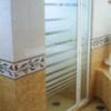 cancel de baño en cristal templado con marcos de aluminio