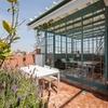Terraza con cerramiento de acero y azulejos cerámicos