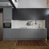 Cocina con mobiliario gris y electrodomésticos de acero inoxidable