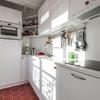 Cocina con azulejos cerámicos y madera
