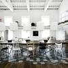 Cocina con piso combinado de madera y azulejos