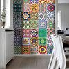 Cocina con viniles de colores en la pared