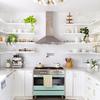 Cocina blanca estilo vintage con repisas