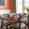 Comedor con paredes pintadas en color Flame