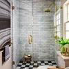 baño con elementos dorados