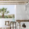 Terraza pintada de blanco combinada con madera