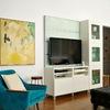 Sala con rincón de lectura y TV