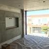 Diseño de interiores con falsos plafones en muro y techo