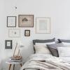 Recámara con textiles y cuadros en tonos grises
