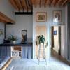 Recámara de invitados con lavabo pequeño y vigas de madera en el techo