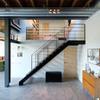 Escalera metálica en casa de dos niveles